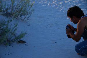 Kike fotografiando una serpiente de cascabel en White Sands, Nuevo México.