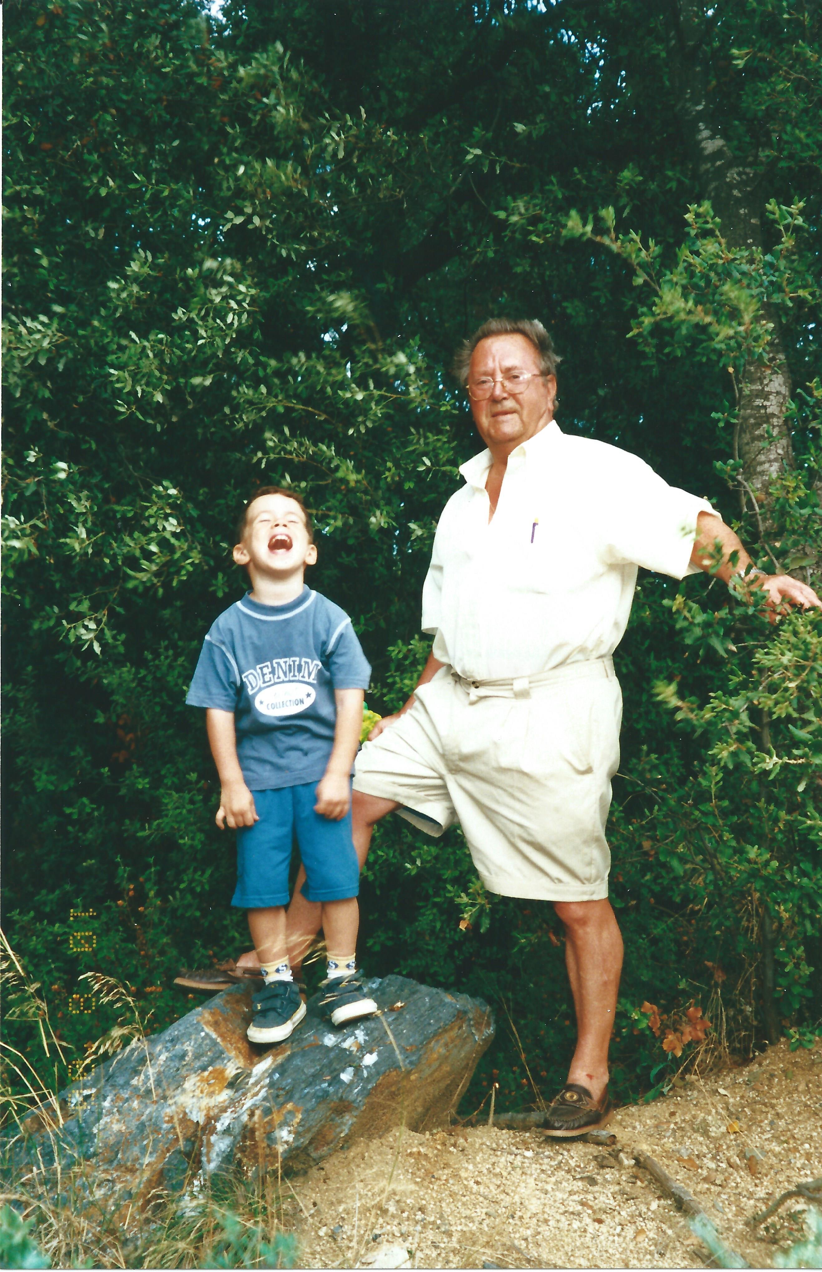 Alejando con su abuelo Joaquín en el Parc de la Creueta del Coll, Barcelona